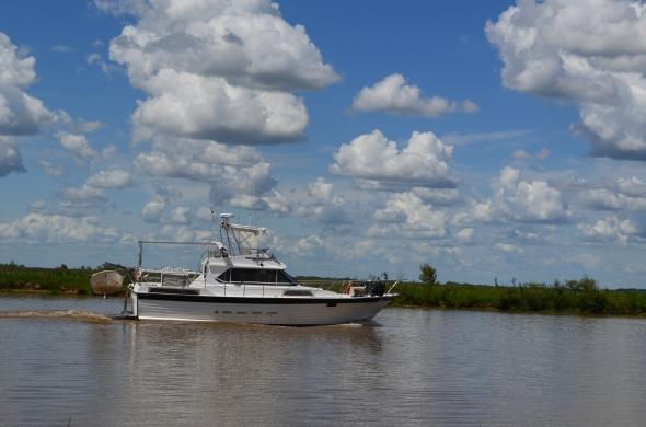 Y hablando del Río quiero regalarles esta foto de este barco que navegó ante nosotros.