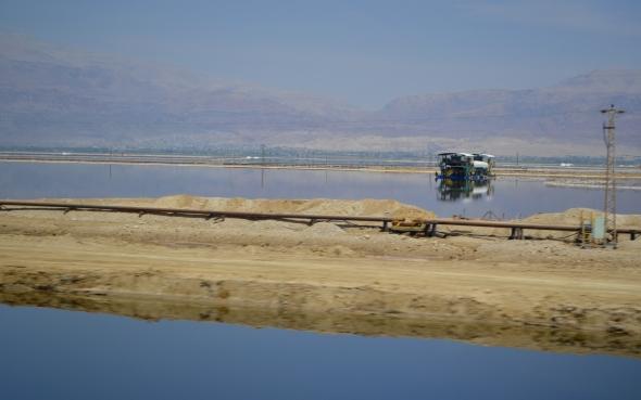 Mar Muerto, lugar de extracción de sales y minerales para la industria