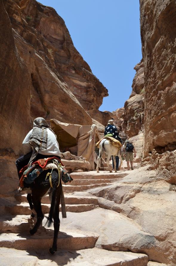 Subiendo en burro más de 700 escalones para llegar al monasterio
