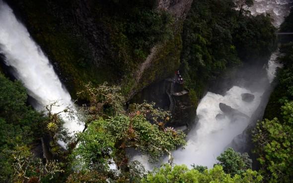 Vista del Pailón del Diablo en Baños, Ecuador.