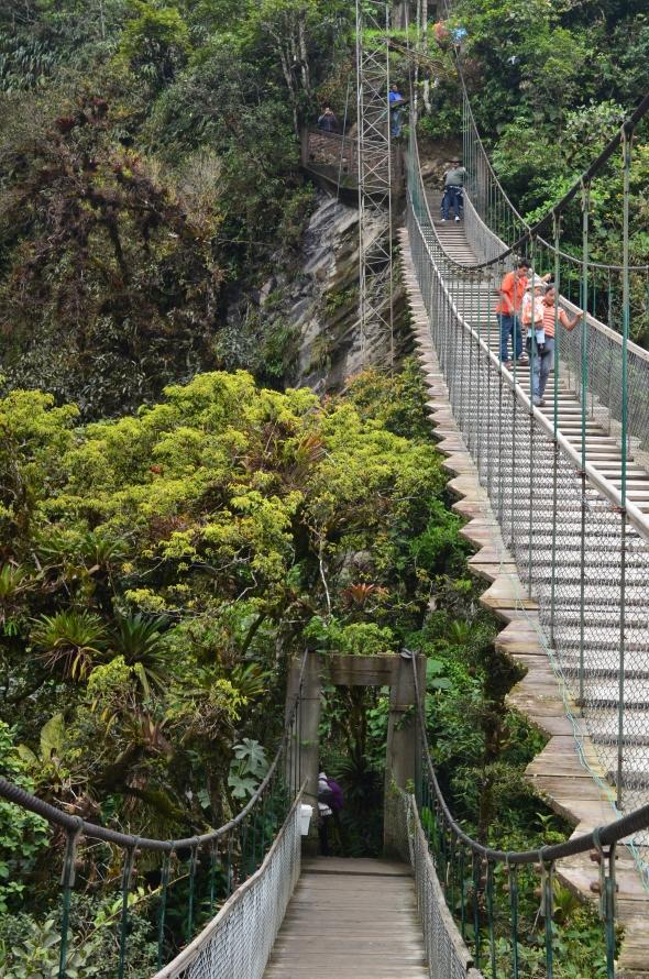 Puentes colgantes en el Pailón del Diablo, Baños, Ecuador.