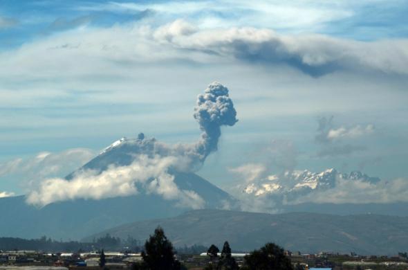 Volcán Tungurahua lanzando nubes de cenizas.