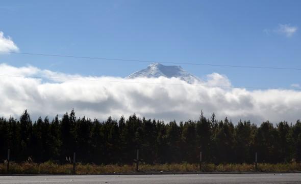 El Cotopaxi escondiéndose tras las nubes.