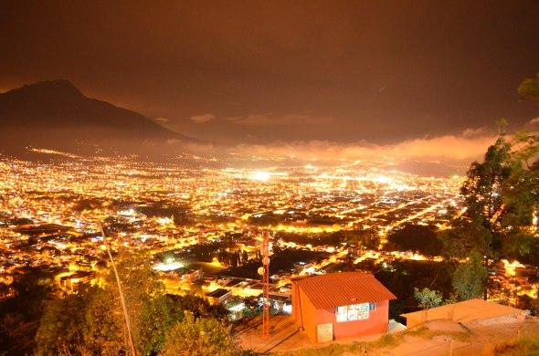 Vista nocturna de la ciudad de Ibarra, Ecuador. desde el mirador Arcángel Miguel.